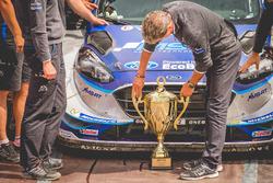 Podio: Malcolm Wilson, Team principal M-Sport con el trofeo