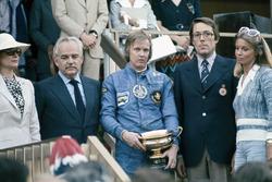 Podium : le vainqueur Ronnie Peterson, Lotus 72E avec le Prince Rainier et la Princesse Grace de Monaco