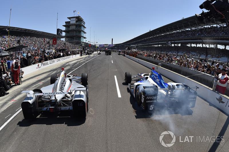 Вілл Пауер (Penske Chevrolet) та Джеймс Хінчкліфф (Schmidt Peterson Honda) на змаганнях з піт-стопів
