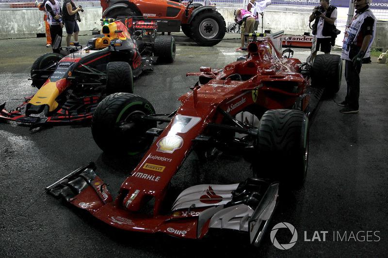 Los coches chocados de Max Verstappen, Red Bull Racing RB13 y Kimi Raikkonen, Ferrari SF70H