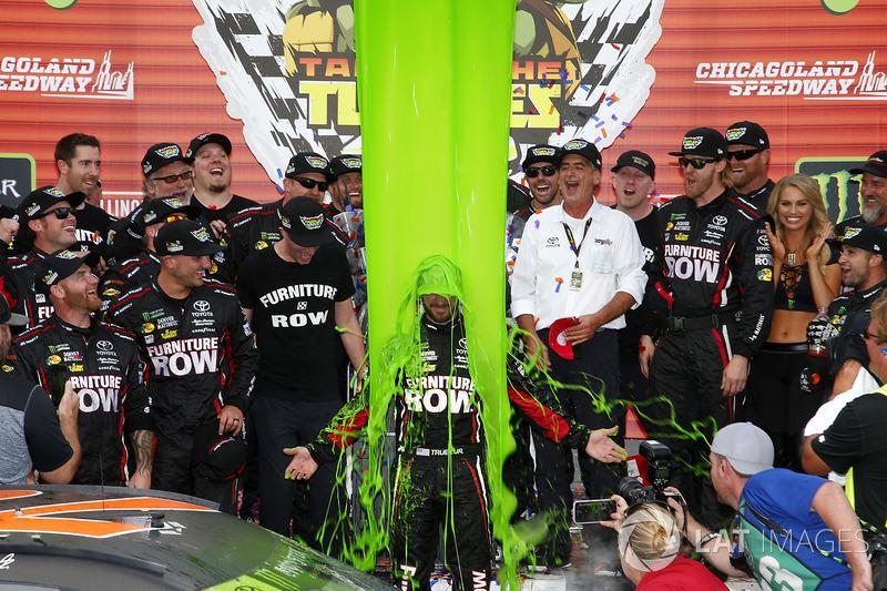4. El baño del vencedor, Martin Truex Jr., Furniture Row Racing Toyota