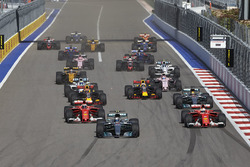 Valtteri Bottas, Mercedes AMG F1 W08, Sebastian Vettel, Ferrari SF70H, Kimi Raikkonen, Ferrari SF70H, Lewis Hamilton, Mercedes AMG F1 W08, the rest of the field at the start