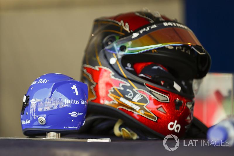 El casco de  Daniel Abt, ABT Schaeffler Audi Sport, junto a un casco modelo