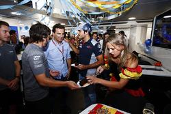 Fernando Alonso, McLaren, fête son 36e anniversaire, avec Pedro de la Rosa et Carlos Sainz Jr., Scuderia Toro Rosso