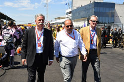 Chase Carey, CEO en voorzitter van de Formula One Group, Luca Colajanni, Formula One Senior Communic