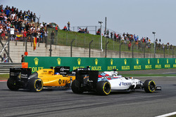 Valtteri Bottas, Williams FW38, Jolyon Palmer, Renault Sport F1 Team RS16 y Sergio Pérez, Sahara For
