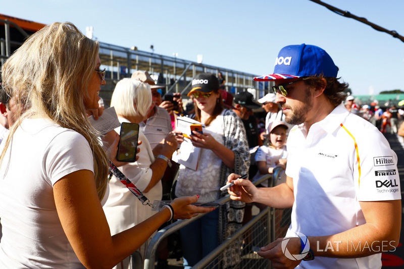 Fernando Alonso, McLaren, firma autografi ai tifosi