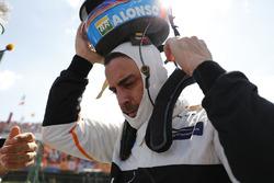 Fernando Alonso, McLaren, saca su casco de la parrilla
