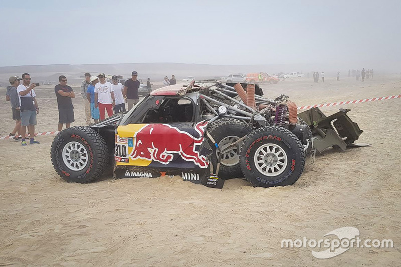 #310 X-Raid Team Mini: Bryce Menzies, Peter Mortensen, crashed car