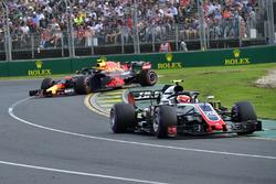 Разворот: Макс Ферстаппен, Red Bull Racing RB14, Кевин Магнуссен, Haas F1 Team VF-18