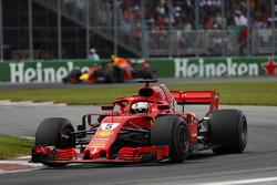 Sebastian Vettel, Ferrari SF71H, voor Max Verstappen, Red Bull Racing RB14