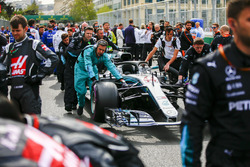Engineers on the grid with the car of Lewis Hamilton, Mercedes AMG F1 W09