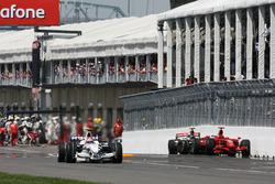 Robert Kubica, BMW Sauber F1.08, passiert die Unfallautos von Kimi Räikkönen, Ferrari F2008, und Lewis Hamilton, McLaren MP4-23