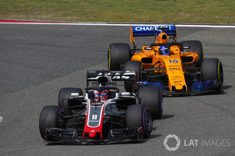Romain Grosjean, Haas F1 Team VF-18 Ferrari, Fernando Alonso, McLaren MCL33 Renault