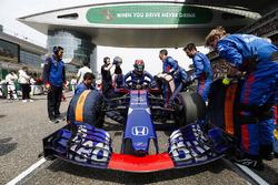 Инженеры Scuderia Toro Rosso работают с автомобилем STR13 Брендона Хартли