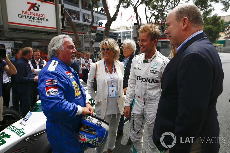 Keke Rosberg si prepara a riunirsi alla sua Williams FW08 Cosworth del 1982 per un giro dimostrativo con il figlio Nico Rosberg, al volante della sua Mercedes W07 Hybrid del 2016, mentre il Principe Alberto parla con la coppia in griglia