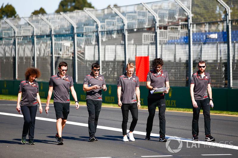 Кевин Магнуссен и сотрудники Haas F1 Team