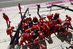 Sebastian Vettel, Ferrari SF70H, pit stop action