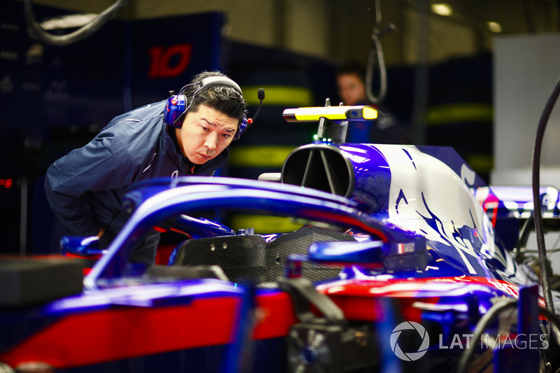 Kru Honda mempelajari Toro Rosso STR13 Honda