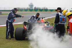 Des commissaires prennent en charge la voiture de Daniel Ricciardo, Red Bull Racing RB14 Tag Heuer, après sa défaillance moteur