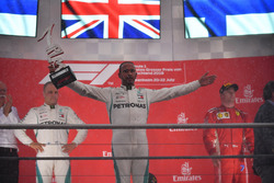 Le vainqueur Lewis Hamilton, Mercedes-AMG F1 fête sa victoire sur le podium