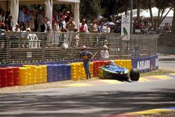 Michael Schumacher, Benetton B194 Ford tras un accidente