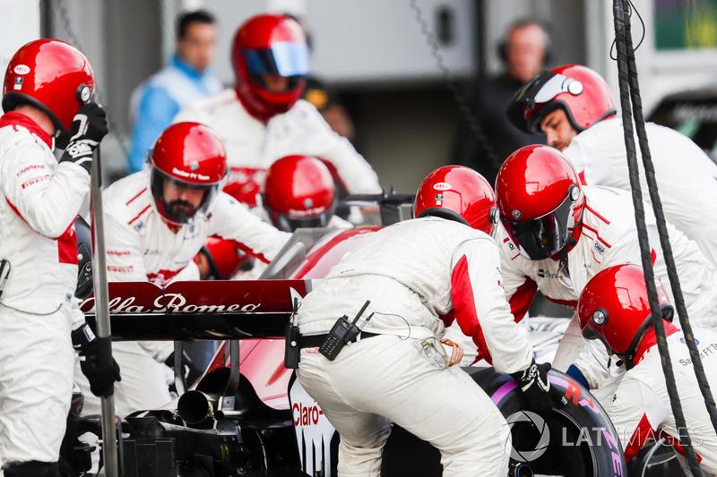 Marcus Ericsson, Sauber C37 Ferrari, masuk pit stop