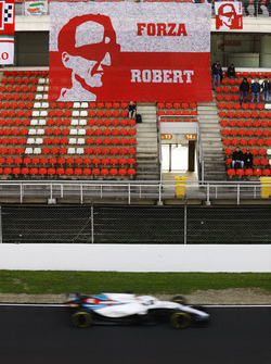 Robert Kubica, Williams FW41, passes a banner made by his Polish fans