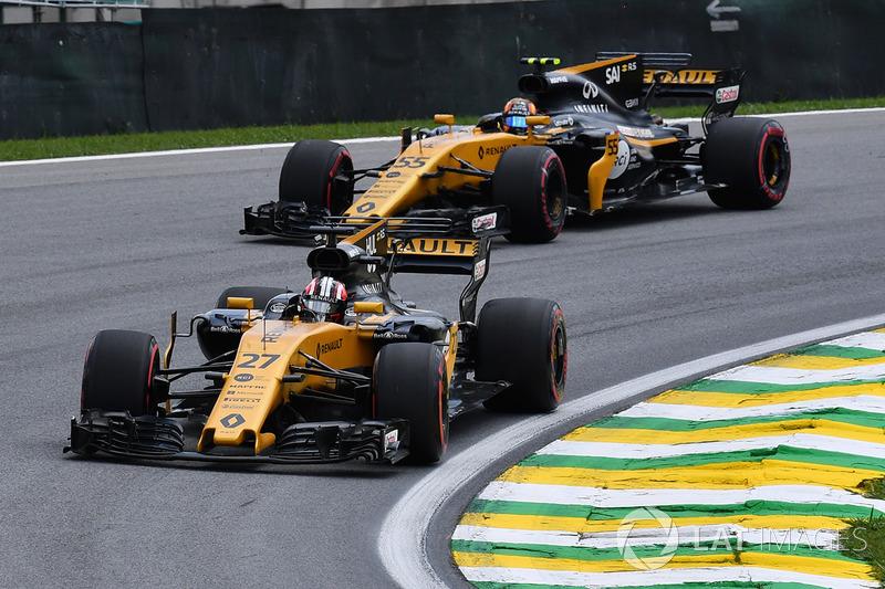 Nico Hulkenberg, Renault Sport F1 Team RS17 y Carlos Sainz Jr., Renault Sport F1 Team RS17