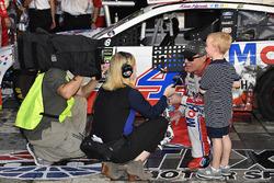 1. Kevin Harvick, Stewart-Haas Racing Ford, mit Sohn Keelan