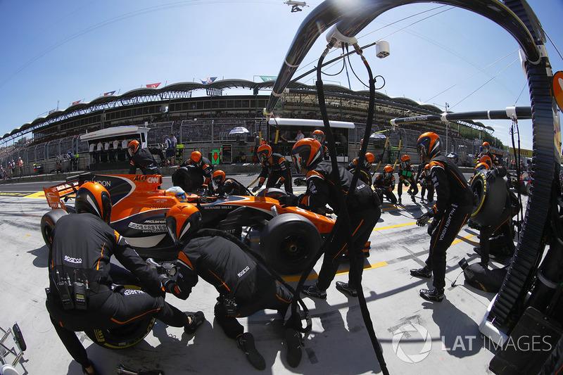 Fernando Alonso, McLaren MCL32, pit stop