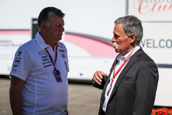 Otmar Szafnauer, Force India Formula One Team jefe de operaciones y Chase Carey, Director Ejecutivo y Presidente de la Formula One Group