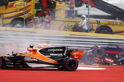Стоффель Вандорн, McLaren MCL32, столкновение Даниила Квята, Scuderia Toro Rosso STR12, и Фернандо Алонсо, McLaren MCL32
