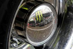 Logo: Monster Energy im Regen