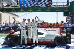 Race winnaars Timo Bernhard, Earl Bamber, Brendon Hartley, Porsche Team