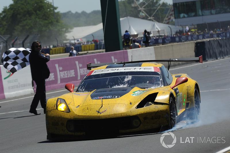 #63 Corvette Racing-GM Chevrolet Corvette C7.R: Jan Magnussen, Antonio Garcia, Jordan Taylor finisce con dei danni