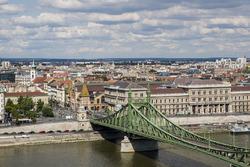 Una vista del puente de la libertad y el río Danubio
