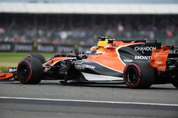 Stoffel Vandoorne, McLaren MCL32 et Daniel Ricciardo, Red Bull Racing RB13 en lutte