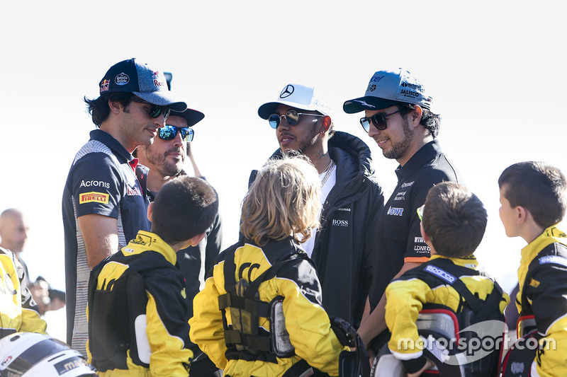 Carlos Sainz Jr., Scuderia Toro Rosso, Fernando Alonso, McLaren, Lewis Hamilton, Mercedes AMG F1, Sergio Pérez, Force India, con algunos pilotos de Kart