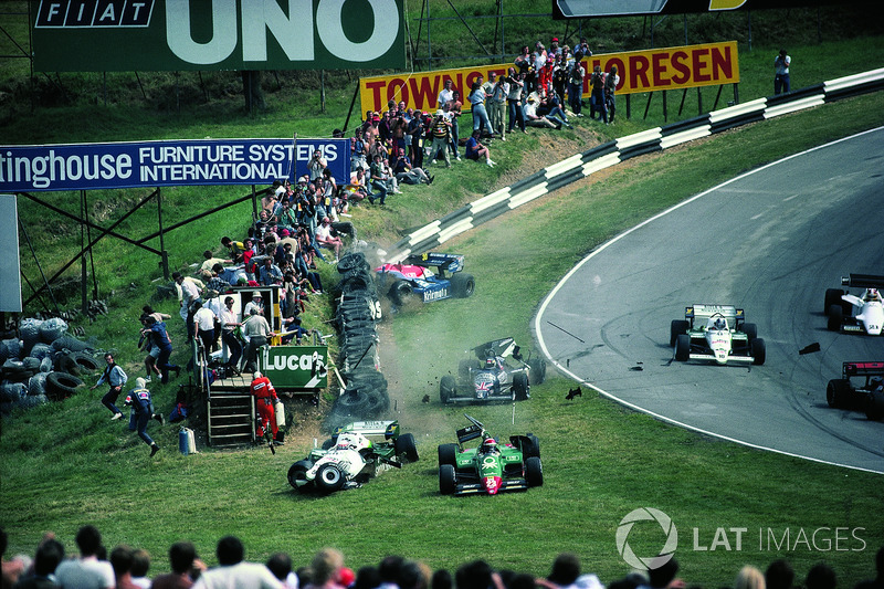 1984年イギリスGP:1周目にクラッシュしたエディ・チーバー、フィリップ・アリオー、ステファン・ヨハンソン、ジョー・ガートナー