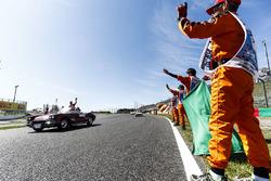 Sebastian Vettel, Ferrari, pilotlar geçit töreninde, pist hakemleri de pistte