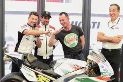 Lucio Cecchinello, Director de Team LCR Honda, Aaron Slight Comparar los dedos,