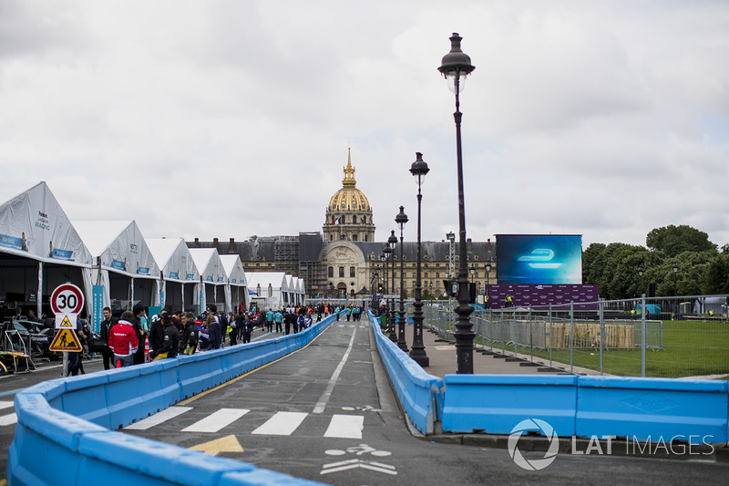 the pits at paris eprix. Black Bedroom Furniture Sets. Home Design Ideas