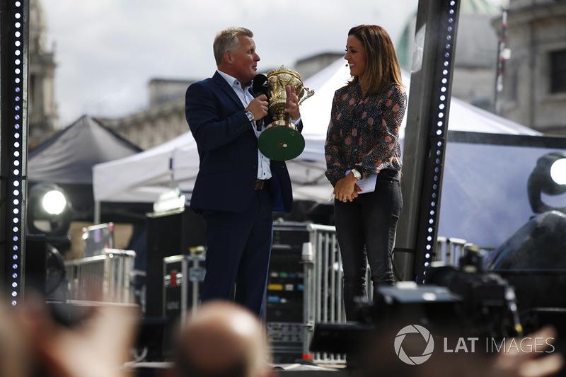 Джонні Херберт, репортер TV Pundit і Sky Sports F1, із кубком за перемогу в Гран Прі Великої Британії