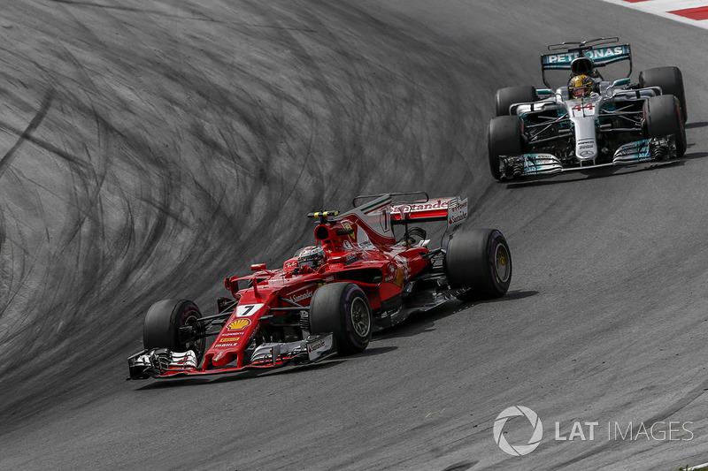 Kimi Raikkonen, Ferrari SF70H leads Lewis Hamilton, Mercedes-Benz F1 W08