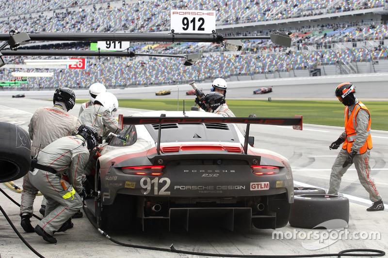 Pit stop; #911 Porsche Team North America Porsche 911 RSR: Patrick Pilet, Dirk Werner, Frédéric Makowiecki