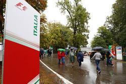 Fans suchen Schutz vor dem Regen