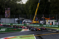 Nyck De Vries, Racing Engineering and Artem Markelov, RUSSIAN TIME collide at the start of the race