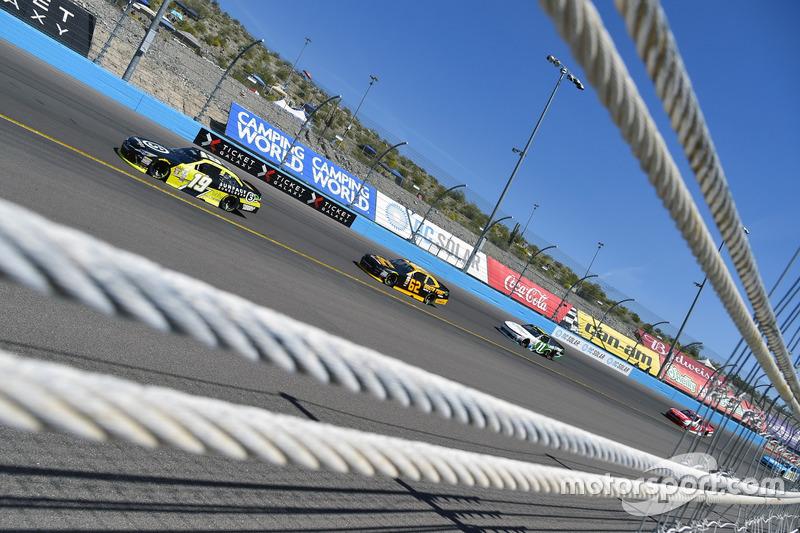 Matt Tifft, Joe Gibbs Racing Toyota y Brendan Gaughan, Richard Childress Racing Chevrolet