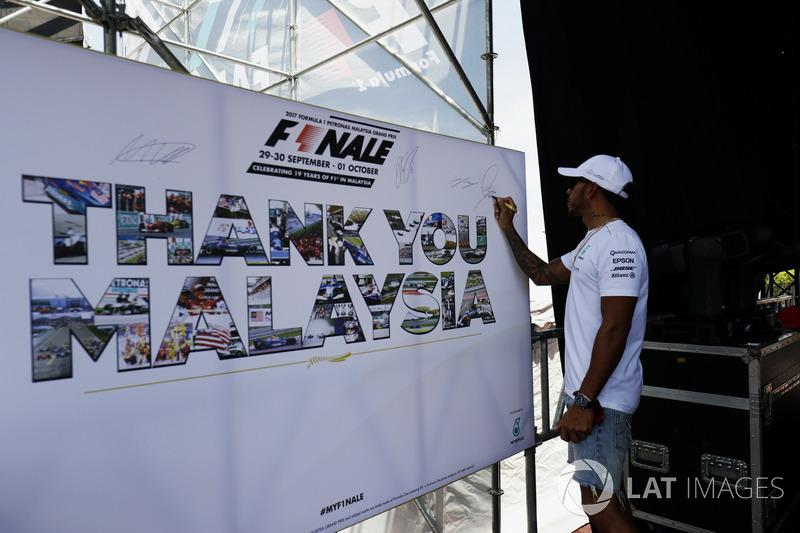 Льюіс Хемілтон, Mercedes AMG F1, ставить автограф на стіні Ф1